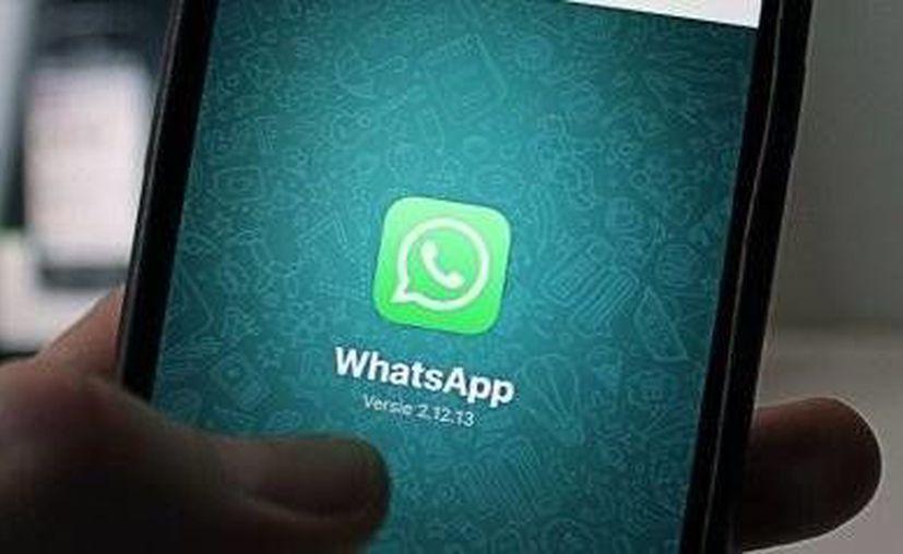 La aplicación WhatsApp almacena todas las conversaciones abiertas en su plataforma, inclusive las que has decidido borrar. (huffingtonpost.es)