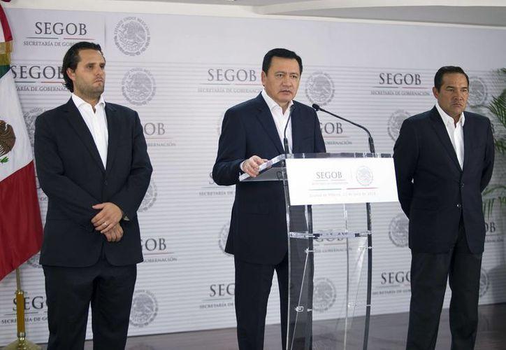"""Miguel Ángel Osorio Chong anunció que las reuniones con la CNTE serán públicas y transparentes """"para que los mexicanos sepan que no estamos negociando la ley"""". (Notimex)"""