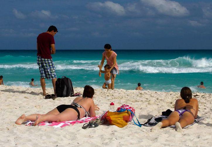 Entre las sugerencias de la Semar para tener mejores vacaciones en la playa está el beber agua  constantemente para rehidratarse. (Foto de contexto de Notimex)