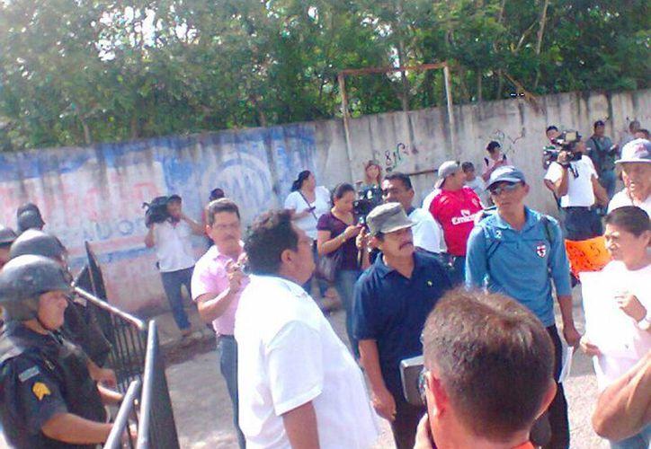 Numerosas personas cerraron el paso a los vehículos a la entrada del aeropuerto de Mérida sobre la calle 23 por 32. (Milenio Novedades)