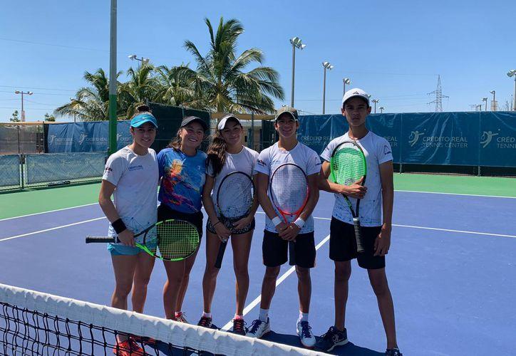 Los jóvenes tenistas se preparan en el Centro de Alto Rendimiento. (Novedades Yucatán)