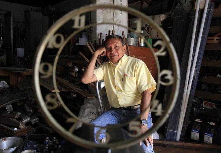 El famoso Relojero de Tepito desde hace 10 años, de lunes a sábado, abre al público su pequeño 'templo de relojes'. (Imágenes/ Notimex)