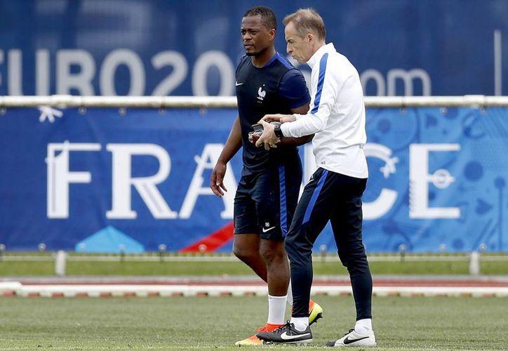 Patrice Evra pide a sus compañeros de la Selección Francesa que despierten ante Islandia antes de que sea demasiado tarde, ya que los galos no han anotado en los primeros tiempos. (AP)