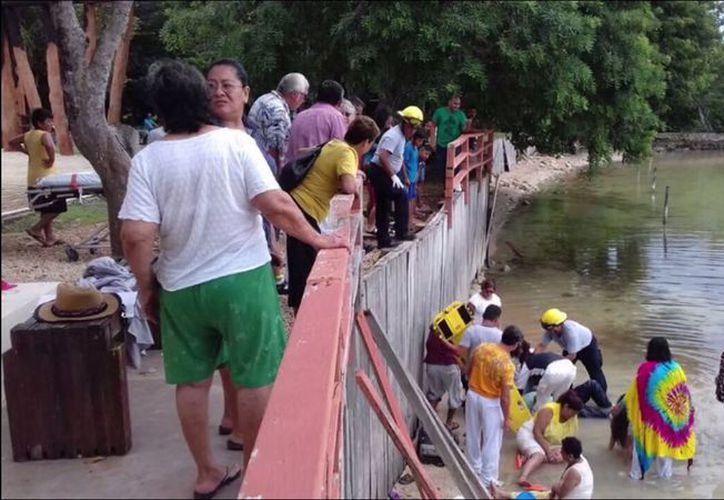 Los turistas se recargaron en la barda para sacarse una foto, como recuerdo de este 'hermoso' viaje a Calderitas, cuando cayeron al agua. (Foto: Redacción/SIPSE)
