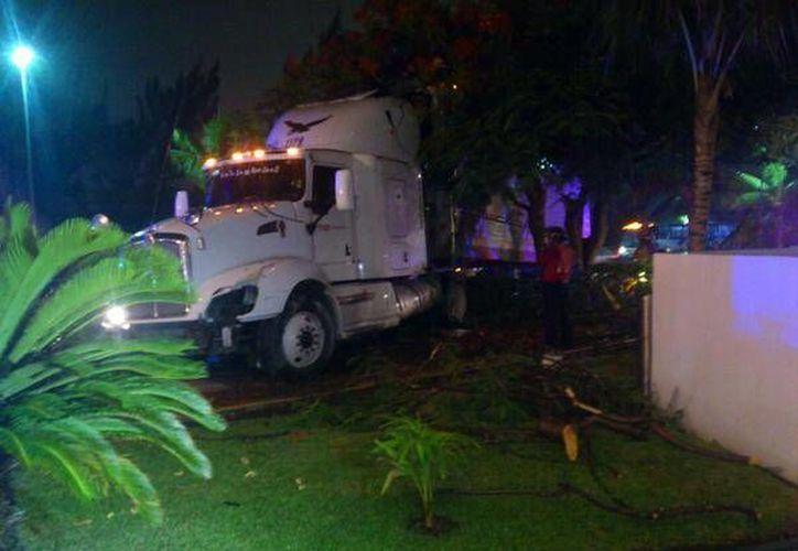 El conductor del tráiler manifestó que no se acordaba de lo que había pasado. (@CHARLIEARCEE)