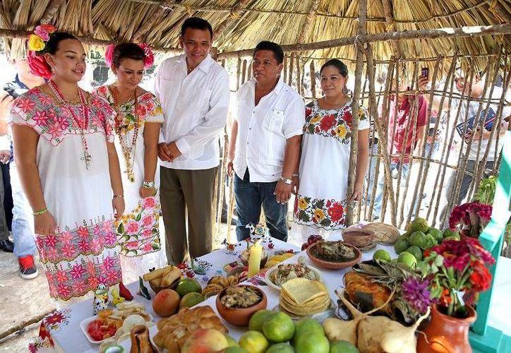 Ayer, el Gobernador presidió la inauguración del Hanal Pixán en la Plaza Grande de Mérida. (Cortesía)