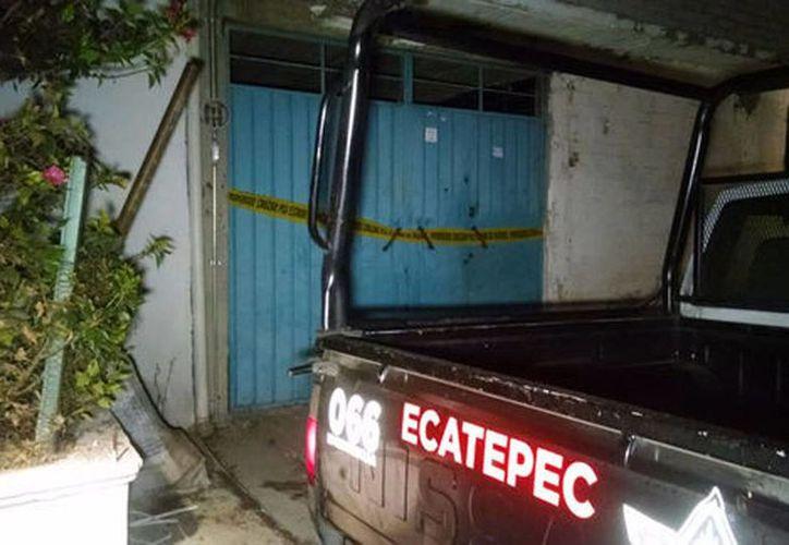 Imagen de la entrada de la casa donde sucedieron los hechos. Autoridades desconocen el motivo del crimen. (Alejandro González/Milenio)
