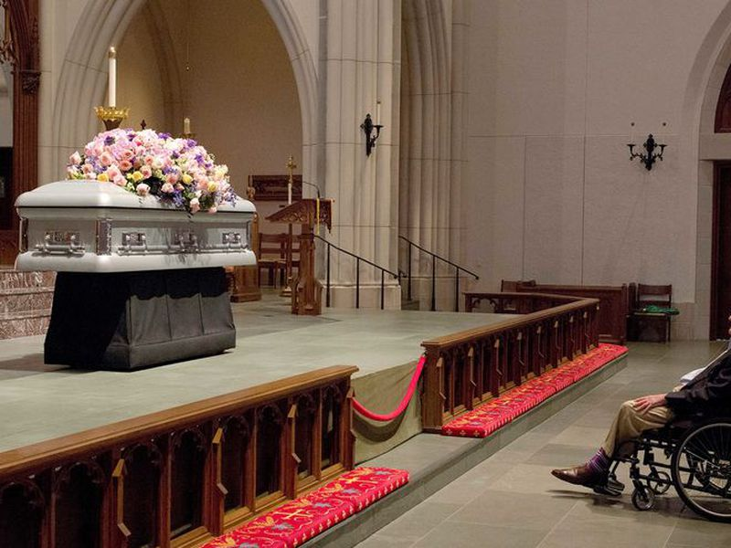 Mourners pause as former U.S. first lady Barbara Bush lies in repose during the visitation of former first lady Barbara Bush at St. Martin's Episcopal Church. (AP)