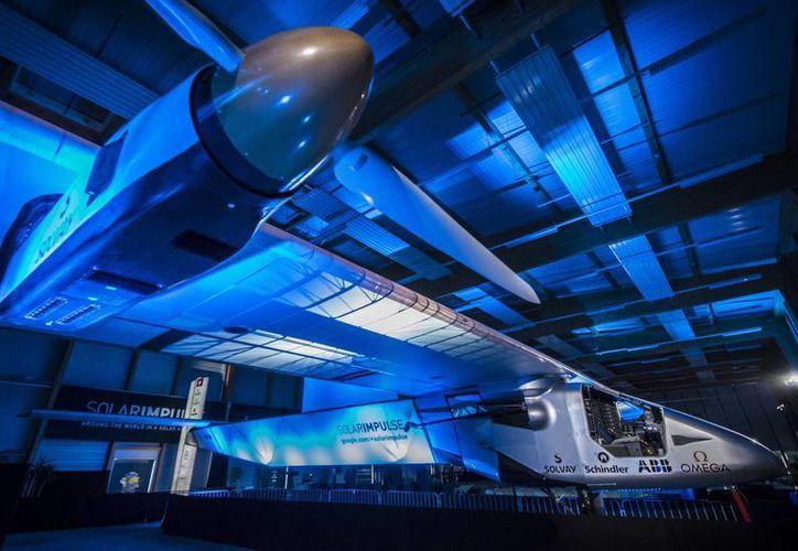 El Solar Impulse 2 tiene alas más grandes que un Boeing, pero pesa apenas lo que un auto pequeño. (AP)
