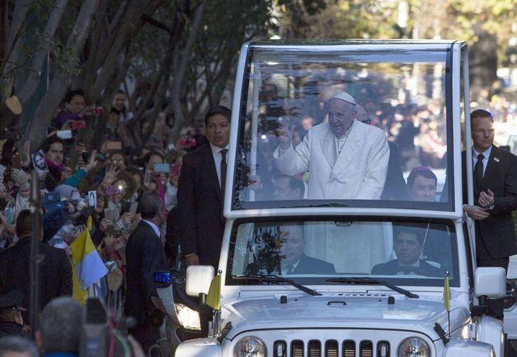 Cientos de fieles despidieron al Papa Francisco en la nunciatura, quien al salir nuevamente repartió bendiciones y saludos. (Notimex)