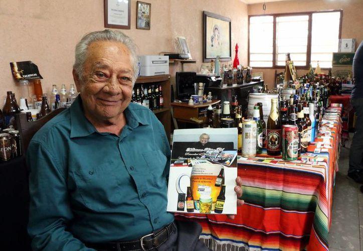 Mariano López Gil reunió una gran cantidad de artículos cerveceros. (José Acosta/Milenio Novedades)