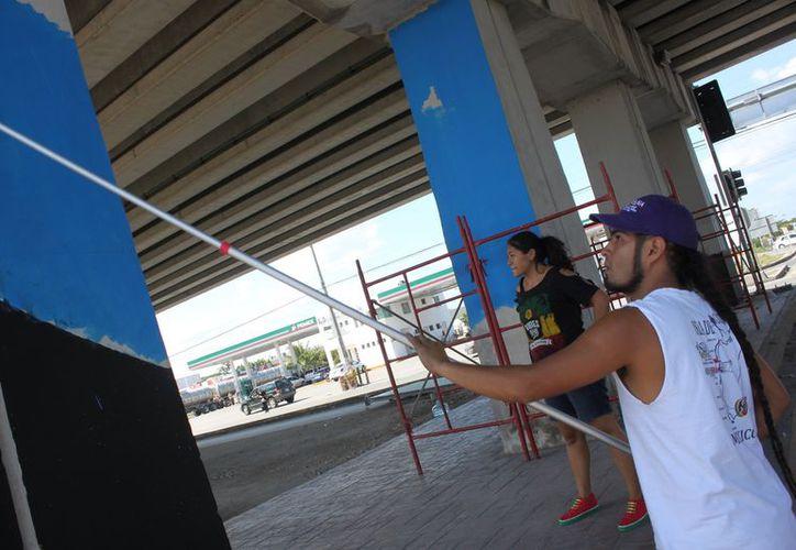 Ya se preparan las columnas del puente vehicular donde los artistas plasmarán sus obras de grafiti. (Adrián Barreto/SIPSE)