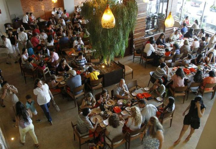 Algunos restaurantes ofrecieron menús especiales ayer por el Día de las Madres. (Israel Leal/SIPSE)