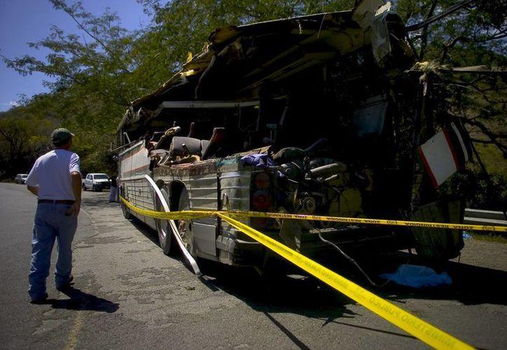 Una persona se aproxima a un camión que se accidente en Venezuela. (Archivo/EFE)