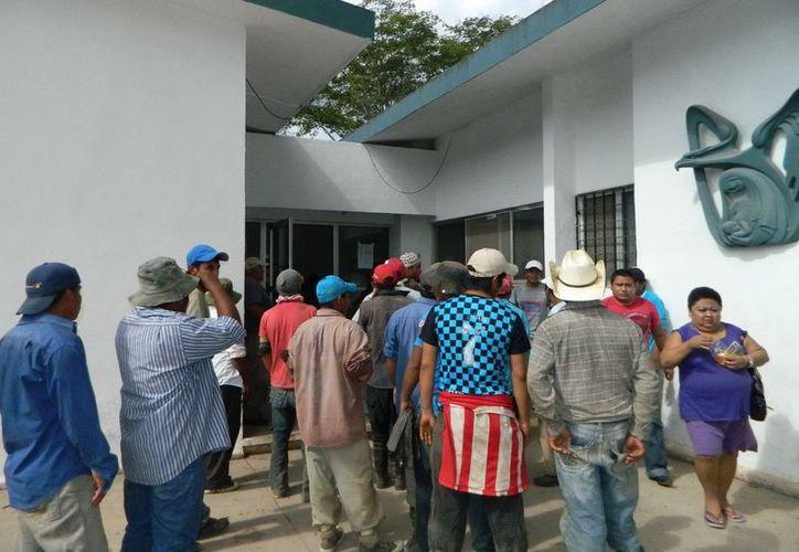 Desde temprana hora, decenas de trabajadores intoxicados llegaron a las clínicas de diversos puntos de la entidad.