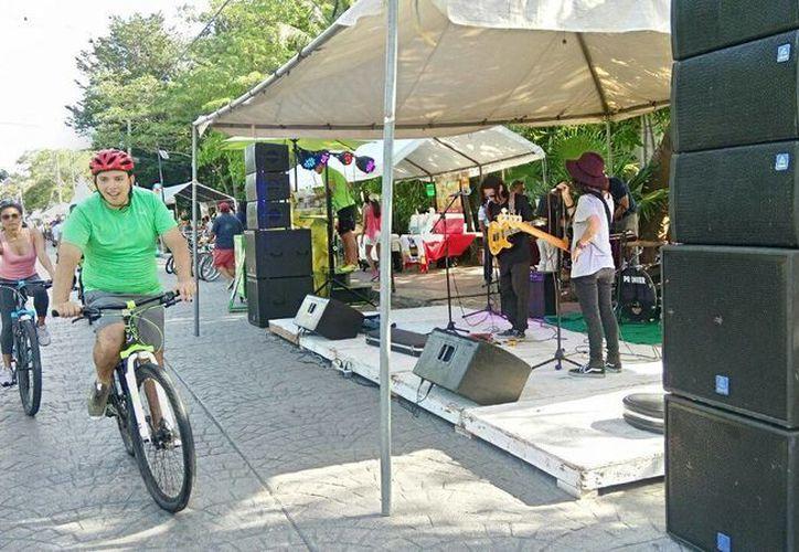 Se instalaron stands de artesanías, diseños de productos reciclados, ropa, zapatos, accesorios y comida. (Yajahira Valtierra/SIPSE)