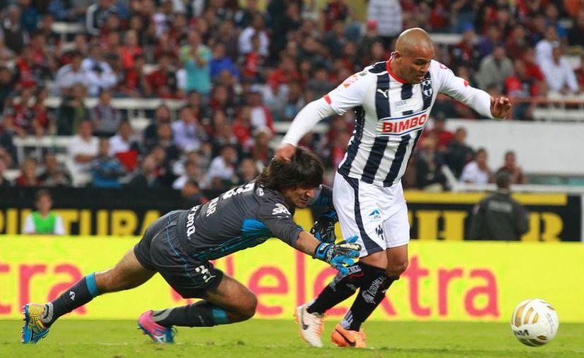 Humberto Suazo entró de cambio en la segunda parte. (Foto: Jam Media)