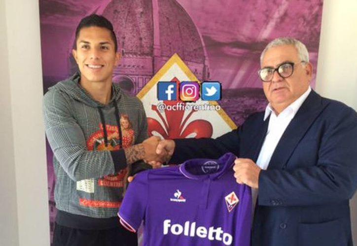 Carlos Salcedo posó para los medios estrechando la mano del director general del área técnica Pantaleo Corvino, y con la camiseta que portará durante los enfrentamientos. (@acffiorentina)