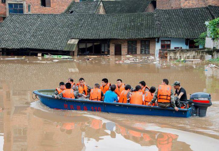 El servicio de trenes también se suspendió, y las carreteras a varias localidades de la región quedaron cortadas. (Reuters)