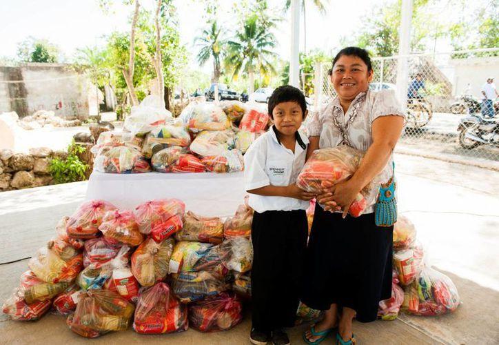 Los apoyos del DIF Yucatán a familias del oriente son parte de un donativo que otorgó la empresa Bachoco a la paraestatal.  (Foto cortesía del Gobierno)