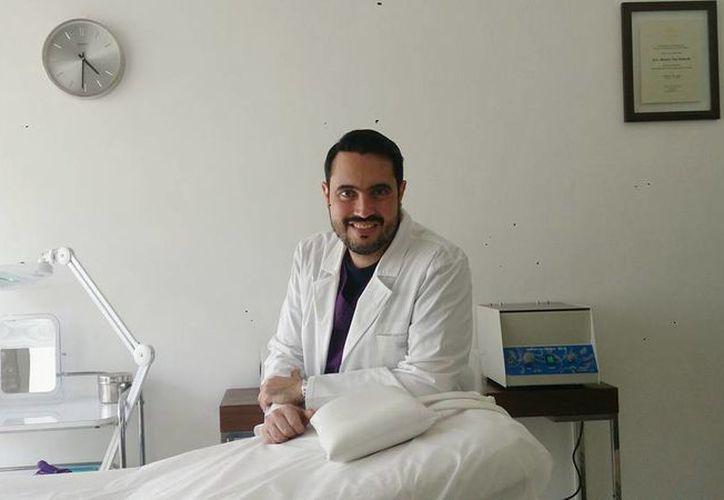 El doctor José Manuel Pino Andrade comentó que el tratamiento consiste en extracción de 10 ml de sangre, se centrifuga y extrae el Plasma Rico en Plaquetas para luego inyectarlo al mismo paciente. (Milenio Novedades)