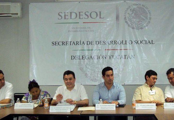Luis Borjas Romero (centro) detalló que entre los municipios con serios problemas de hambre están Tahdziú y Chemax. (Milenio Novedades)