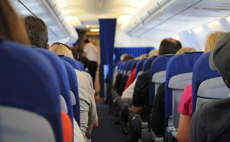 Aerolínea amenaza con expulsar a pasajera por su vestimenta