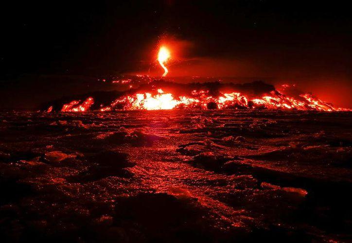Las explosiones del volcán Etna empezaron hace dos días y mantiene a los poblados cercanos en alerta amarilla. (Reuters).