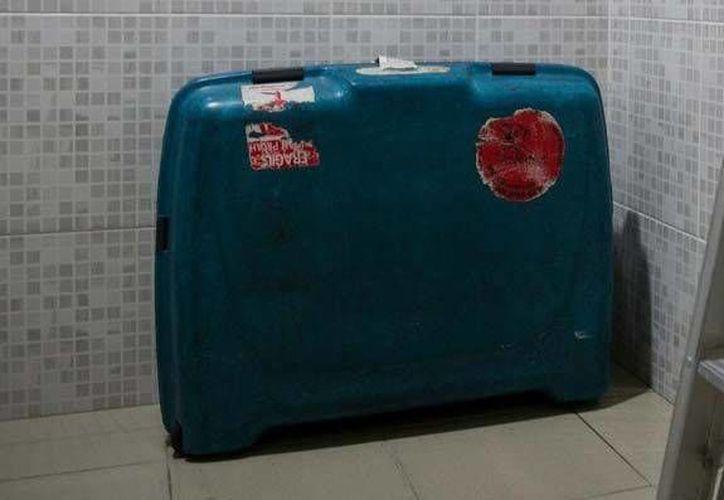 La mujer fue encontrada, literalmente, plegada dentro de la maleta. (abc.com.py)