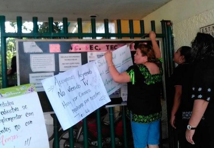 Profesores de la Escuela Secundaria Técnica 66 pararon labores para protestar contra la violencia en Oaxaca. (José Acosta/SIPSE)