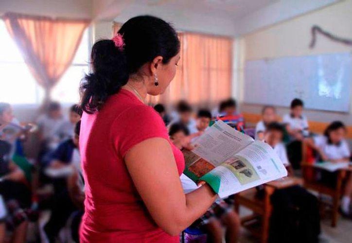 De los dos mil 346 maestros de educación básica examinados, el 14.2 por ciento obtuvo una calificación de 'destacado'. Imagen de contexto de una maestra en un salón de clases. (Milenio Novedades)