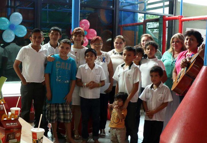 El festejo a los niños autistas en un restaurante de comida rápida resultó muy emotivo para los padres de familia y los maestros. (Milenio Novedades)