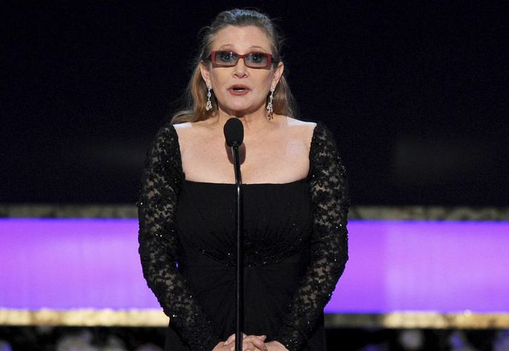 Carrie Fisher, quien en la foto aparece durante la entrega de los premios Oscar en enero de 2015, sufrió un infarto este jueves, pero ya está fuera de peligro. (AP)