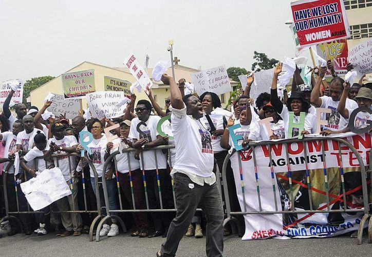 """Miembros de la asociación nigeriana """"Mujeres Contra el Terror"""" protestan contra la incapacidad del gobierno de rescatar a las menores secuestradas. (Archivo/EFE)"""