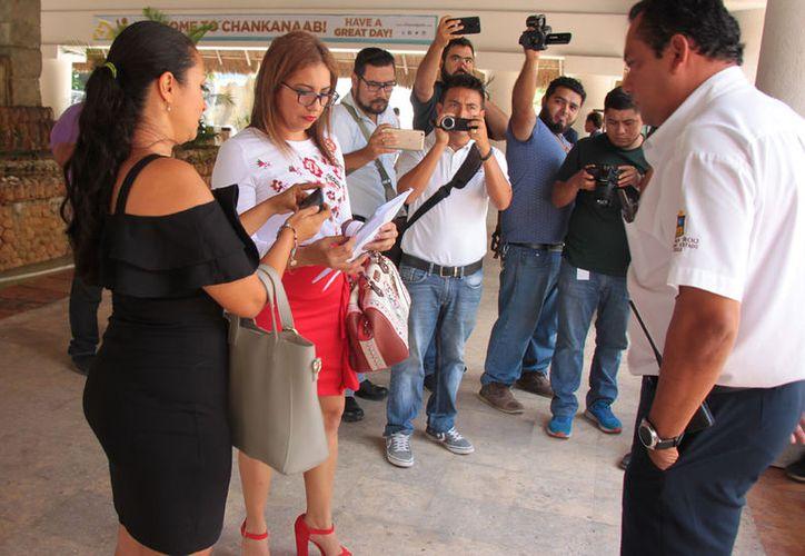 Una abogada se identificó como Yamilé Argüelles, quien dijo ser la interventora. (Gustavo Villegas/SIPSE)