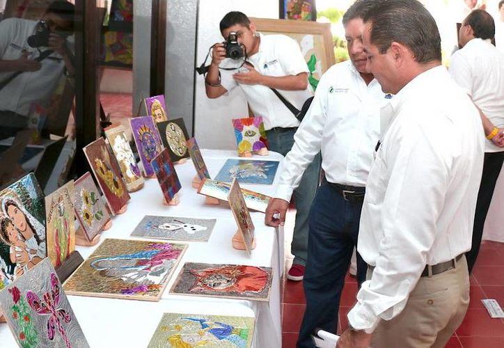 Las obras elaboradas por los estudiantes del taller de repujado se exponen en el Ayuntamiento de Cozumel. (Redacción/SIPSE)