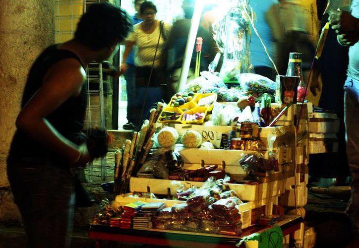 Los puestos ambulantes obstaculizan el paso de ciudadanos en el centro de Mérida y otras partes de la ciudad. (Milenio Novedades)