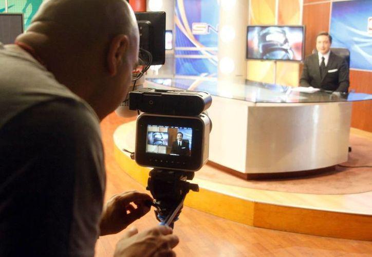 El conductor de  SIPSE Noticias, el periodista Antonio García, aparecerá en la promoción del filme 'Perdidos' próximo a estrenarse. (César González/SIPSE)