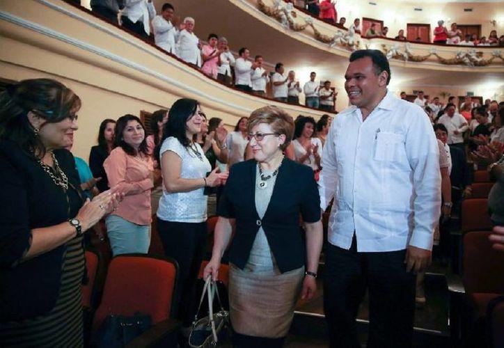 El gobernador de Yucatán, Rolando Zapata Bello, entregará apoyos en varios eventos este domingo. La imagen corresponde a un evento sobre equidad de género al que asistió en días pasados, y está utilizada sólo como contexto. (yucatan.gob.mx)