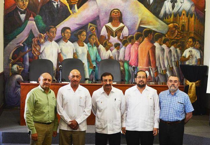 En la imagen, los aspirantes a rector y el rector saliente Alfredo Dájer Abimerhi (centro).