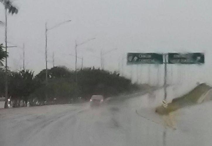 En el amanecer, la lluvia comenzó a causar problemas sobre todo a los guiadores, quienes se vieron obligados a bajar su velocidad de tránsito en las calles de Mérida. La imagen corresponde al periférico. (Ana Hernández/SIPSE)