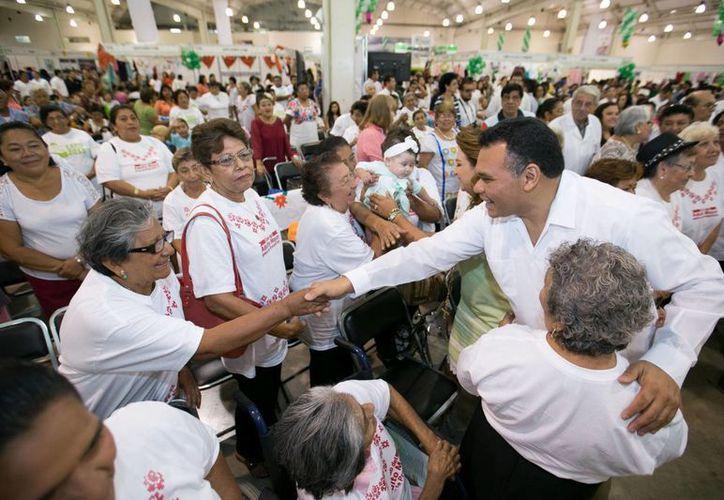 El gobernador Rolando Zapata presidió este viernes la inauguración de la Expo Mayor 2015 en el Centro de Convenciones Yucatán Siglo XXI. (Foto cortesía del Gobierno de Yucatán)