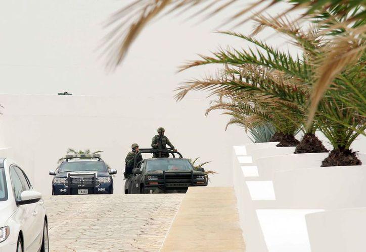 Empresarios y autoridades municipales, estatales y federales se reunieron ayer en un hotel de Cancún para instalar la Mesa de Seguridad y Justicia. (Luis Soto/SIPSE)