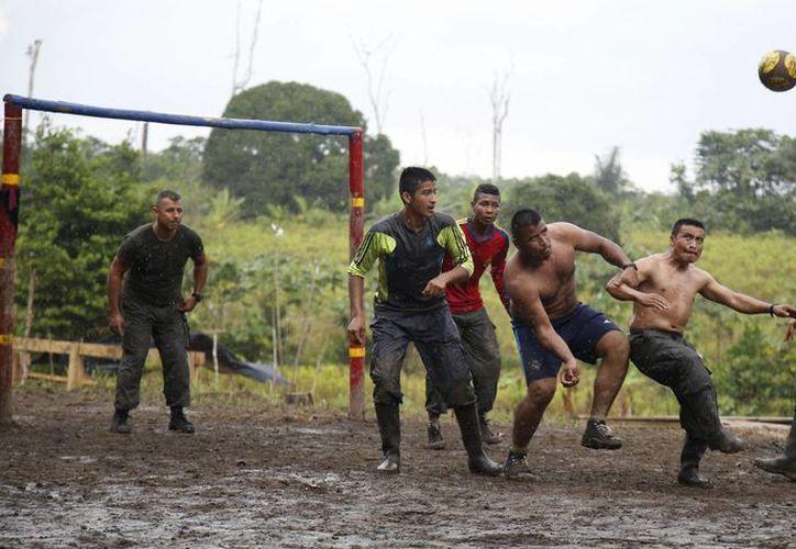 Rebeldes del Frente 48 de las FARC juegan al futbol en su campamento en las junglas sureñas de Putumayo, Colombia. (AP/Fernando Vergara)