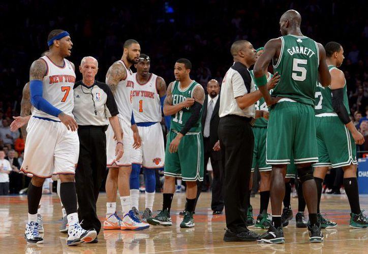 Carmelo Anthony se negó a hablar de lo sucedido al terminar el encuentro que ganaron los Celtics 102-96. (Foto: EFE)