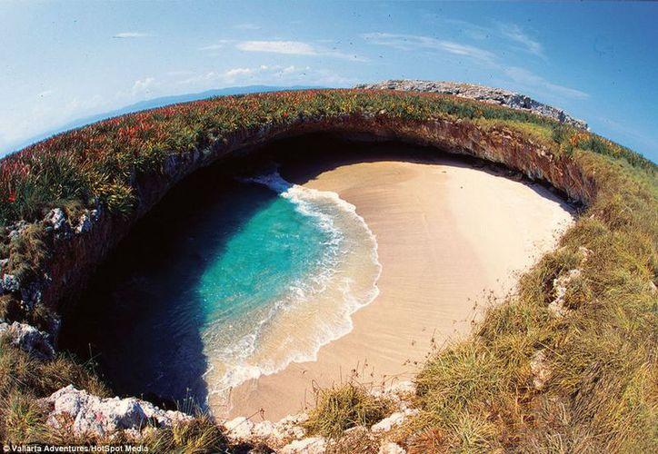 Se trata de una playa artificial cristalina creada por el impacto de una bomba durante ensayos militares. (Foto: Contexto/Internet)