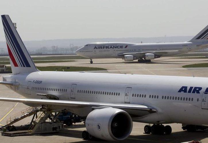 Dos aviones de Air France en la Terminal 2 del aeropuerto Internacional de Charles de Gaulles, en Roissy, cerca de París. (EFE/Archivo)