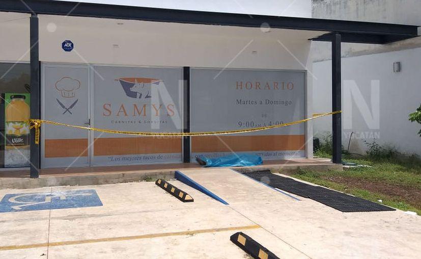 El cuerpo del infortunado quedó tendido en el estacionamiento de un local comercial.  (Novedades Yucatán)