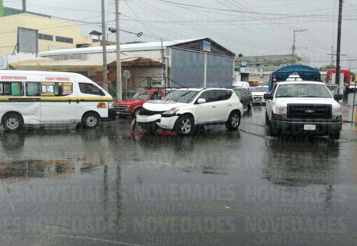 En la zona se reporta tráfico, debido a que los agentes de tránsito aún no llegan al lugar. (Pedro Olive/ SIPSE)