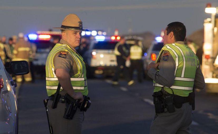 El patrullero se había detenido para prestar asistencia tras el vuelco del vehículo en el que iba el mexicano. Otro automovilista que pasaba sacó su arma y mató al agresor, según las autoridades. (Mark Henle/The Arizona Republic via AP)